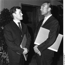 Paul Baumgarten, rechts, bei der Verleihung des Berliner Kunstpreises 1960. Bundesarchiv, B 145 Bild-P057014/CC-BY-SA 3.0