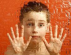 自閉症者が語る自閉症の世界。ガラスを通して世の中を観ているみたいだそう。Image:by Serban Bogdan. CC BY-SA 2.1 JP