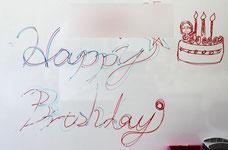誕生日会のイラストをホワイトボードに描いた画像