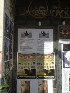 """poster de um show da Pyari - o primeiro em cima - na porta do """"Fools Garden"""", onde os """"Colorful Condoms"""" se apresentaram por 2 décadas e meia, até a extinção do famoso teatro da Schanze, em Hamburg."""