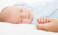 Ein gestilltes Baby schläft entspannter und ist gesünder. (© ia_64 - Fotolia.com)