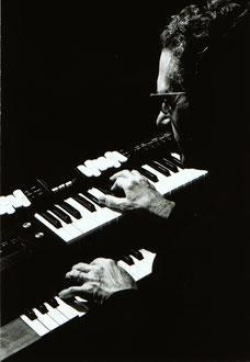 Toni Leutwiler an der e-Orgel