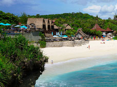 Het mooi gelegen Dream Beach huts op Nusa Lembongan