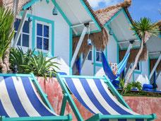 Vrolijke hutjes van het Le Pirate Beach club op nusa Ceningan