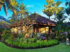 Balinese bungalows in de groene tuin van het Matahari Beach resort in Pemuteran