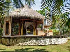 Schattige bungalows van het mooie La Joya hotel bij Balangan beach