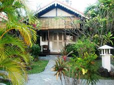 Mooie huisjes van het Kembali Beach hotel in Amed