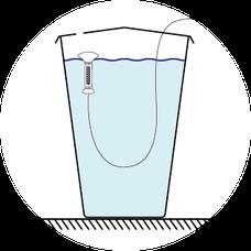 Regenwassersammeln in einer Regentonne, Regenwassertank, rain water, Regenwasser auffangen, roof water harvesting