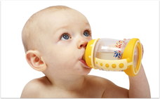 Was sagen Zahnärzte zur Nuckelflasche? (© Photoproductions - Fotolia.com)