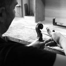Geigenbau. Wirbel einpassen