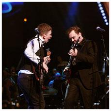 Tobias Rabelink op basgitaar samen met Tim Knol