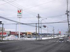 大型スーパー、ホームセンター前