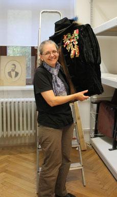 Doris Wolf  beim Einrichten der neuen Schauräume des Bezirksmuseums (ALSEUM)