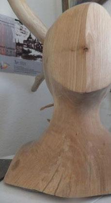 Ein Kopf aus Holz, eine neuere, stark abstrahierte Bildhauerarbeit der Spanierin.