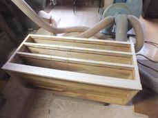 桐たんす胴縁のノリ乾燥を確認して棚板に新しい桐を貼りました。