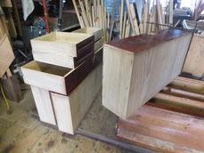 高山箪笥は引出側板にも塗装がつけてあるので剥がし木地を出します。