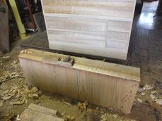 引出前板に新しい柾桐を貼り鉋がけをして木地面を出しています。