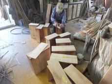 小引きだけですが柾板を木取合わせています。接地面を作り貼る作業となります。