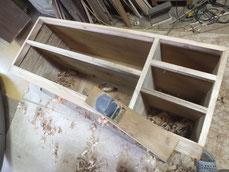 桐タンス本体胴縁、棚板に新桐を貼る為、接地面を作っています。