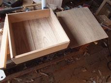 長持の天板に使われていた桐を底板に使います。