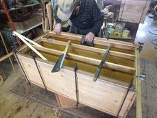桐タンスの胴縁、棚板の削り付けを終え新しい桐を貼っています。