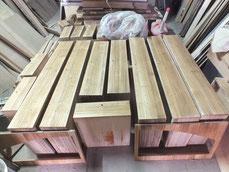 柾目を作ったり柾目に筋を引いてある為、水分を含ませ浮かせます。
