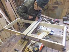 桐たんすの台輪づくりです。ノリが乾くまで播金で固定します。