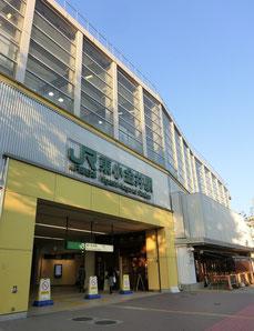 ●東小金井駅。中央線が高架になっているので、ホームは2階、1階に改札やさまざまなお店が入っています。