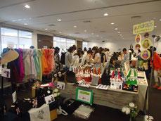 体験講座以外にも、バラエティに富んだ物販ブースが出店。商品を吟味しながら談笑する女性客達。熱気がスゴイ!