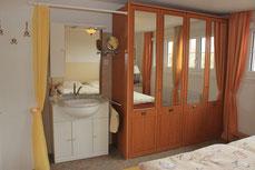 Zusätzliches Waschbecken im Schlafzimmer
