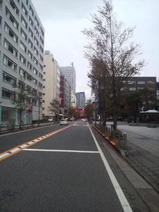 一番奥が横浜地方法務局、右手前が事務所のあるビル