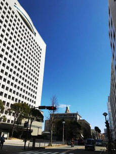 神奈川県警本部と、その奥にクイーンの塔(横浜税関)
