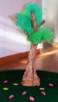 Baum aus Papier mit Chiffon-Tüchern