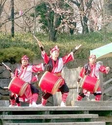 上里さんらのエイサー演舞=3月28日午後、東京都北区