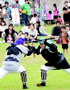 宮良棒術保存会が勇壮な棒を披露した=29日、宮良小グラウンド