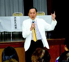 講演する鳩山由紀夫氏=27日、大川公民館