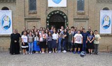 I giovani riuniti davanti alla porta santa del Giubileo del convento di S. Francesco a Bellegra (RM)