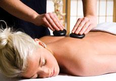 Hot-Stone-Massage mit warmen Öl und Lavasteinen