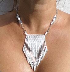 photo-buste-femme-avec-collier-createur-tisse-perles-verre-blanc-porte-style-ethnique-chic