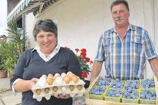 Wilma und Joachim Hildenbrand verkaufen in Bottenau auf dem Bächlehof frische Freilandeier und Obst der Saison.