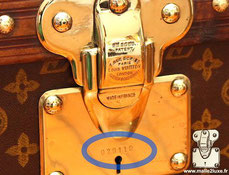 On the brass locks a key number is engraved. The number is specific to a customer and allows its owner to redo edit a key in the event of loss. It is a way to know the time of manufacture of a trunk, even if there are special cases.