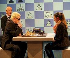 Heino stellt sich und beeindruckt beim Schach