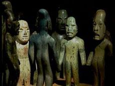 Die berühmten Jadefiguren aus La Venta, Tabasco, mit ihren verlängerten Schädel, stellen eine Priester-Zeremonie dar.
