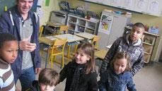 Le directeur Pierric Diguet et ses élèves.