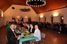 Rund 80 Gemeindemitglieder ließen sich im Stiftssaal den leckeren Grünkohl schmecken.