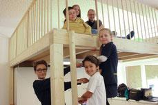 Schüler des Gymnasium Gerresheim und der Carl-Sonnenschein-Schule testen die neue Empore (Foto: Klaus Schröder)