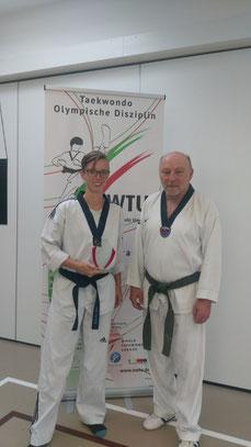 Ehrung zur  Prüfungsbesten: Ina Piorr (links) und Prüfungsreferent der NWTU Richard Solarski (rechts)