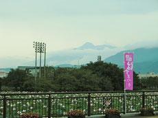 妙高山を望む、夏の高田城趾公園