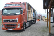 Kaminholzanlieferung: gleich 2 LKW an einem Tag, der Winter kann kommen:)