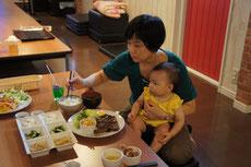 まずはベビちゃんたちのランチ!(離乳食、赤ちゃん用のおやつとお飲み物はお持込OKです)ママもいただきまーす!